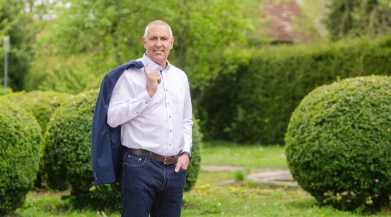 Thomas Bleile steht im Park