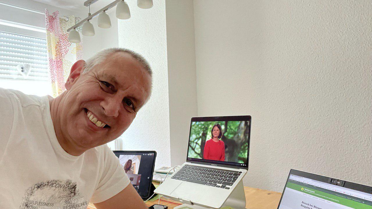 Tomas stimmt fleißig mit ab beim digitalen Parteitag
